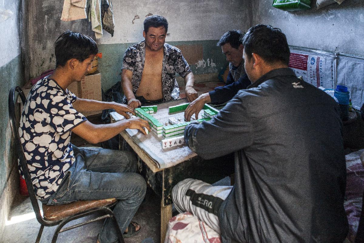 Ouvrier jouant au mahjong